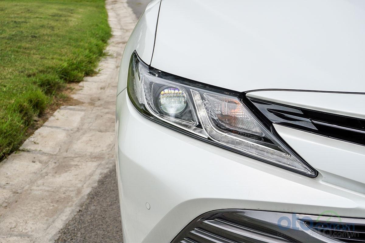 Toyota Camry 2.0G 2019: Cụm đèn pha LED với dải LED chiếu sáng ngày dạng chữ L.
