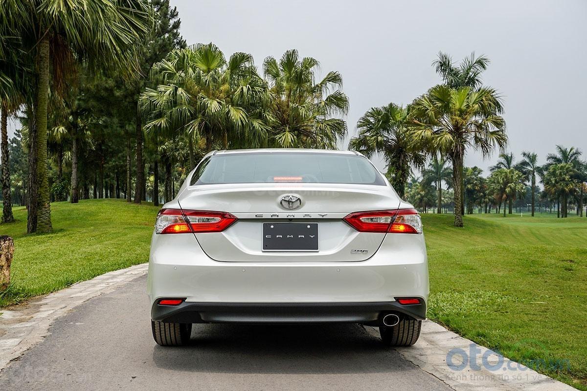 Toyota Camry 2.0G 2019: Trực diện đuôi.