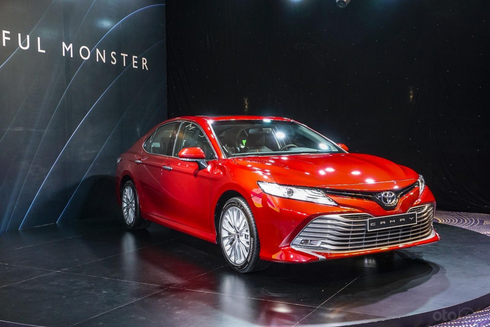 Toyota Camry 2.5Q 2019: Góc nhìn 3/4.