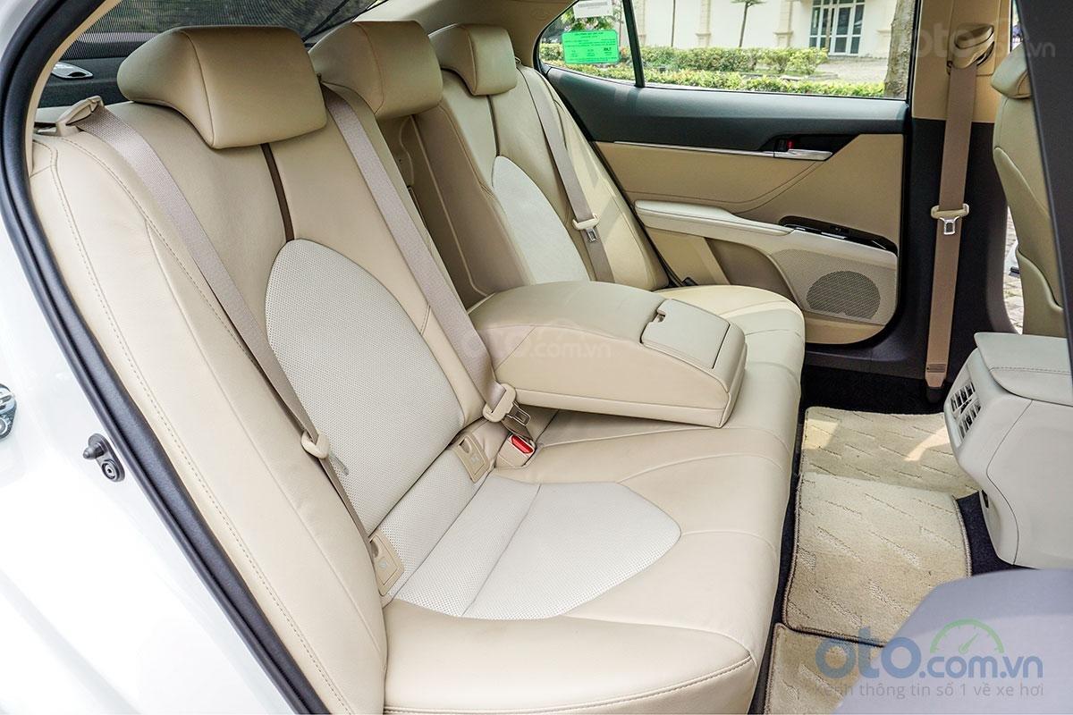 Toyota Camry 2.0G 2019: Khu vực hàng ghế sau.