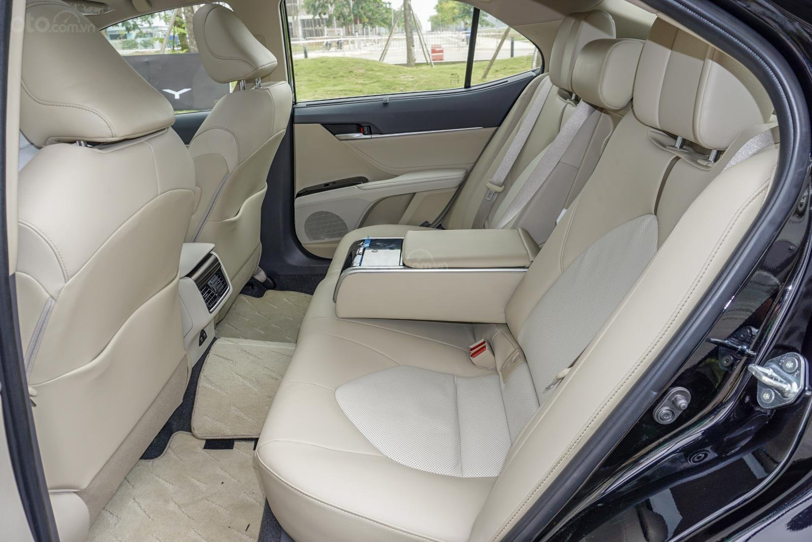 Toyota Camry 2.5Q 2019: Khu vực hàng ghế sau.