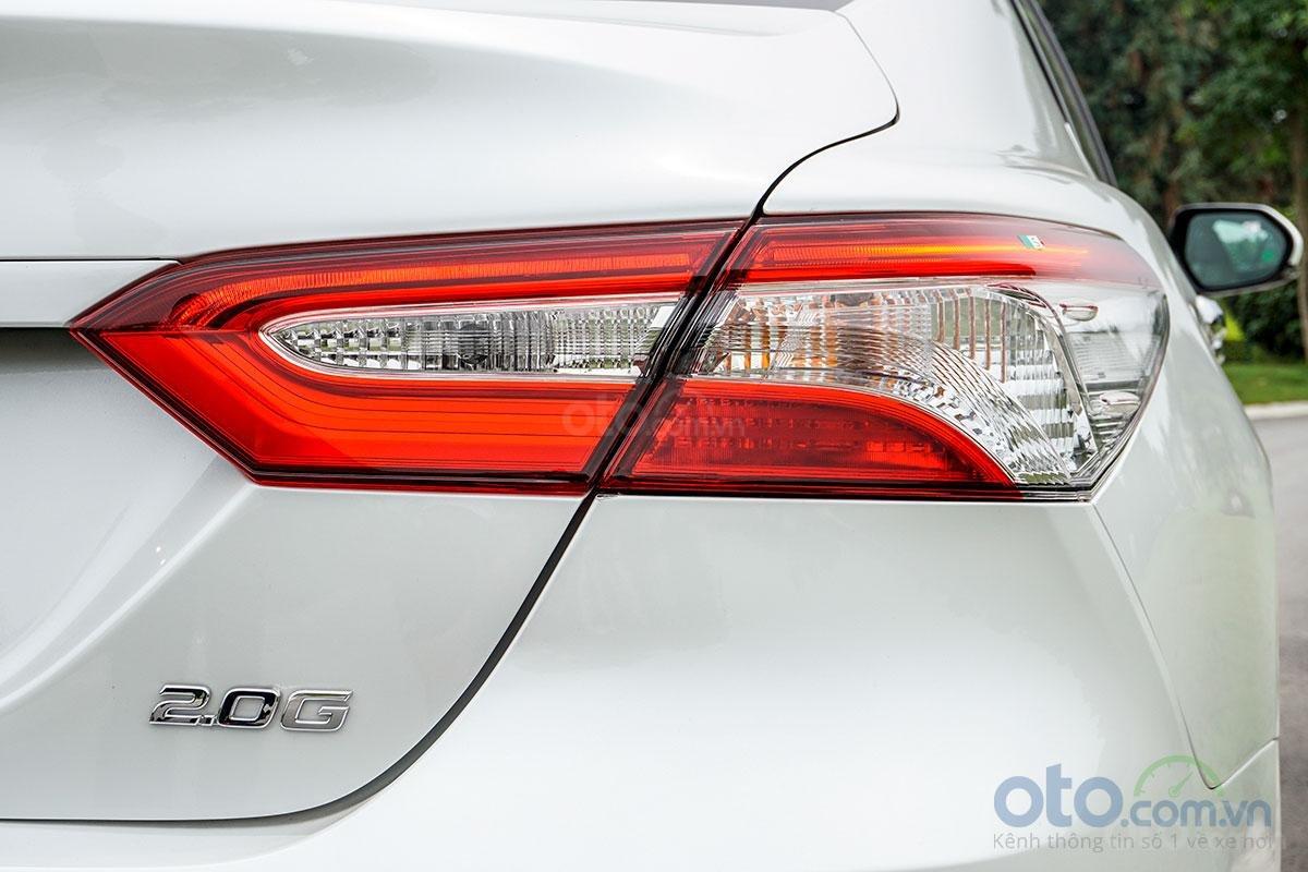 Toyota Camry 2.0G 2019: Cụm đèn hậu LED nhưng đèn xi nhan và lùi vẫn sử dụng bóng sợi đốt.