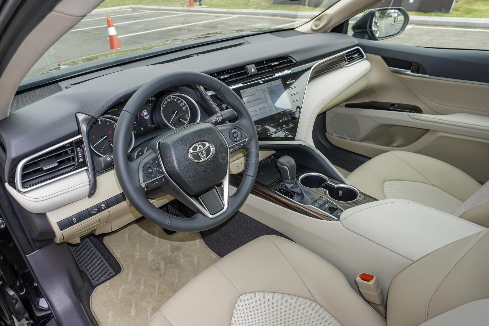 Toyota Camry 2.5Q: Cabin