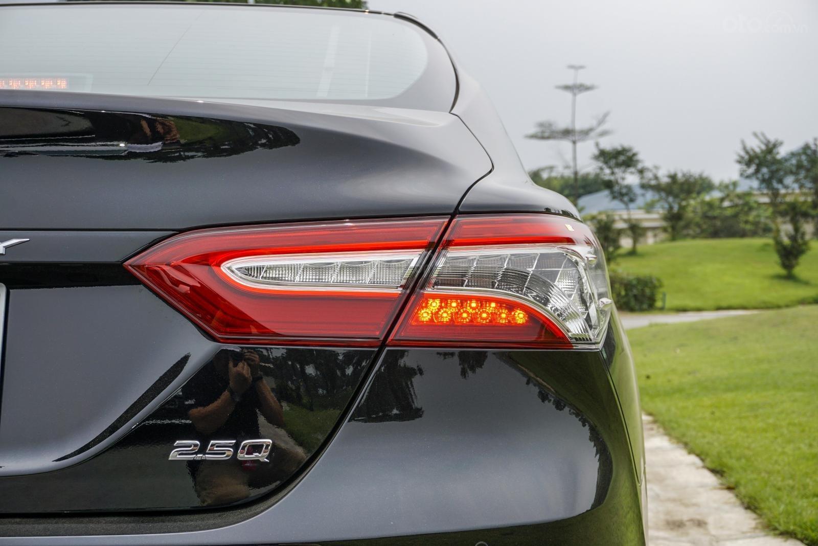 Toyota Camry 2.5Q 2019: Cụm đèn hậu dạng Full LED.
