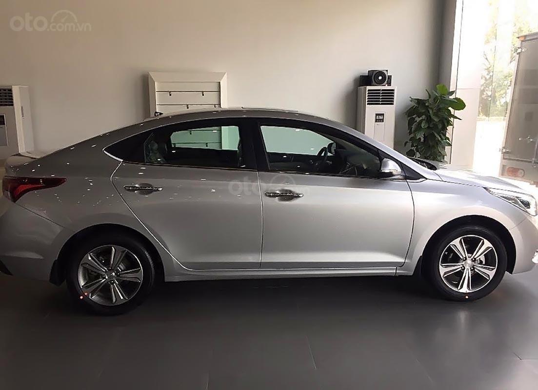 Bán xe Hyundai Accent 2018, màu bạc giá cạnh tranh-0