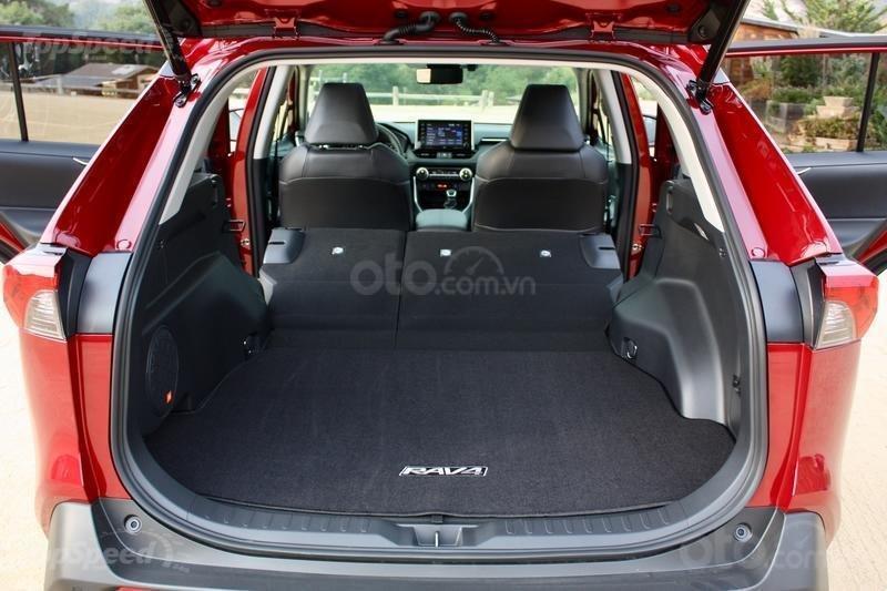 Khoang hành lý Toyota RAV4 2019.