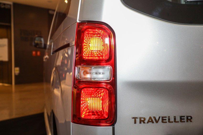 Ảnh chụp đèn hậu xe Peugeot Traveller 2019