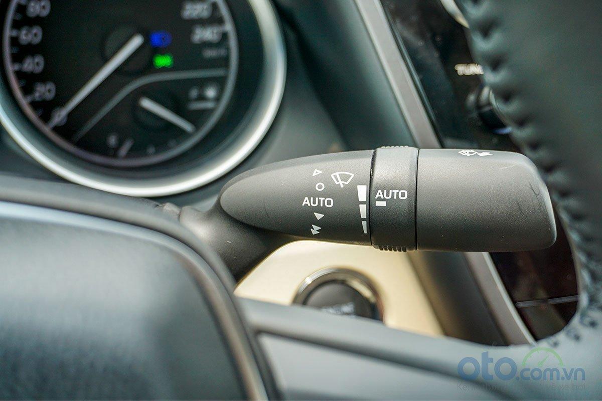 Toyota Camry 2.5Q 2019: Gạt mưa tự động.