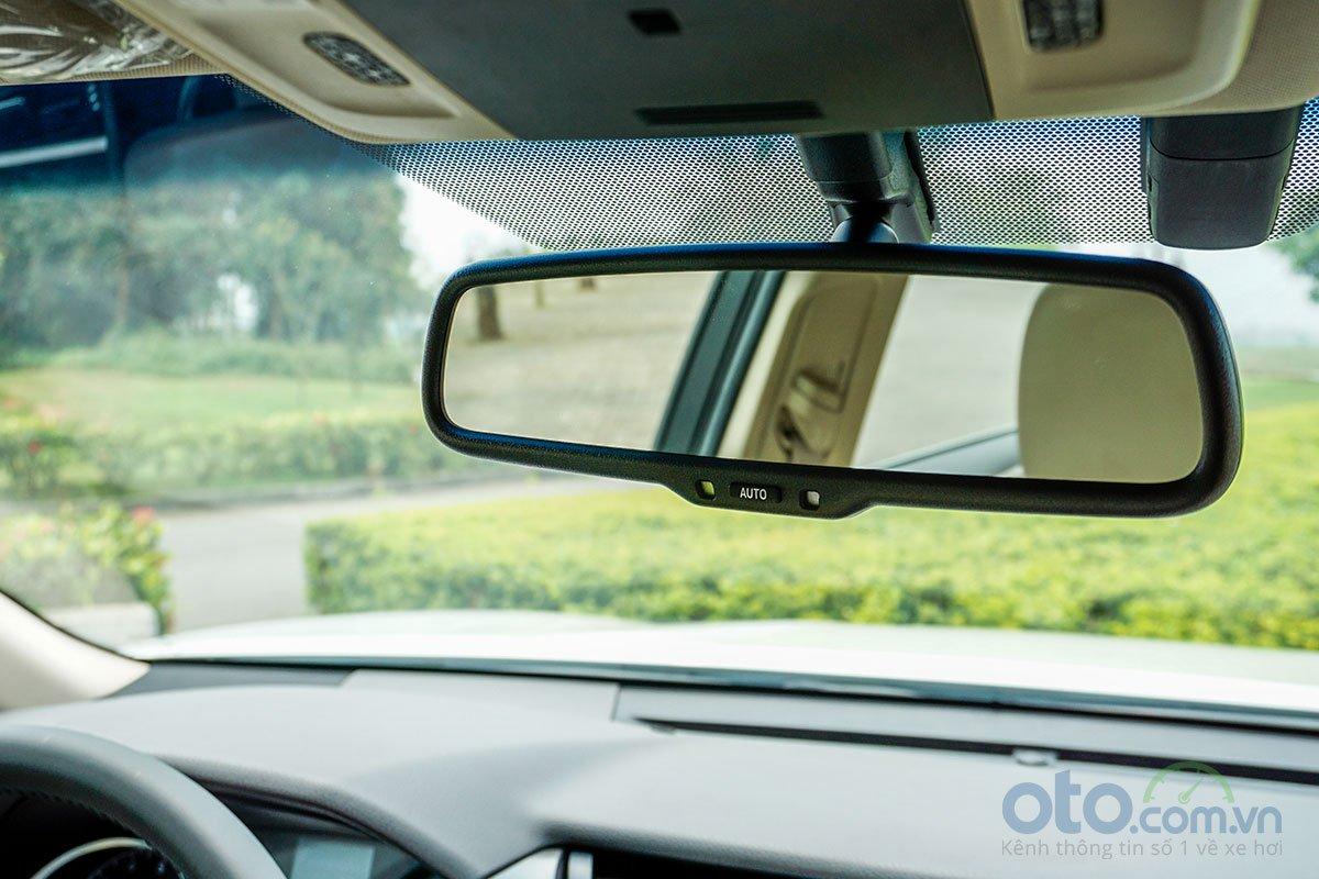 Toyota Camry 2.5Q 2019: Gương chống chói tự động.