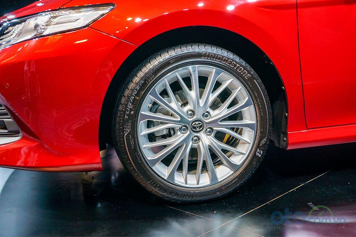 Đánh giá xe Toyota Camry 2019: La-zăng đa chấu mới.