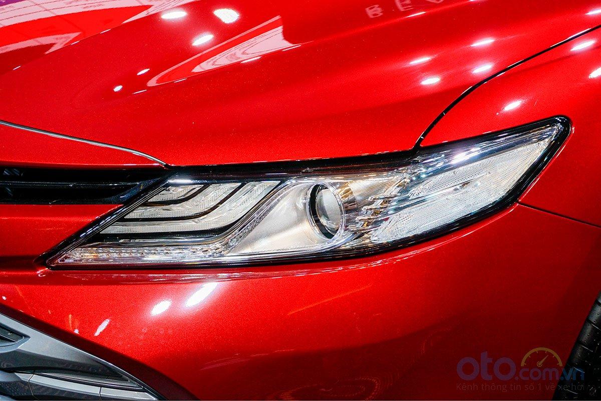 Đánh giá xe Toyota Camry 2019: Cụm đèn pha Full LED.