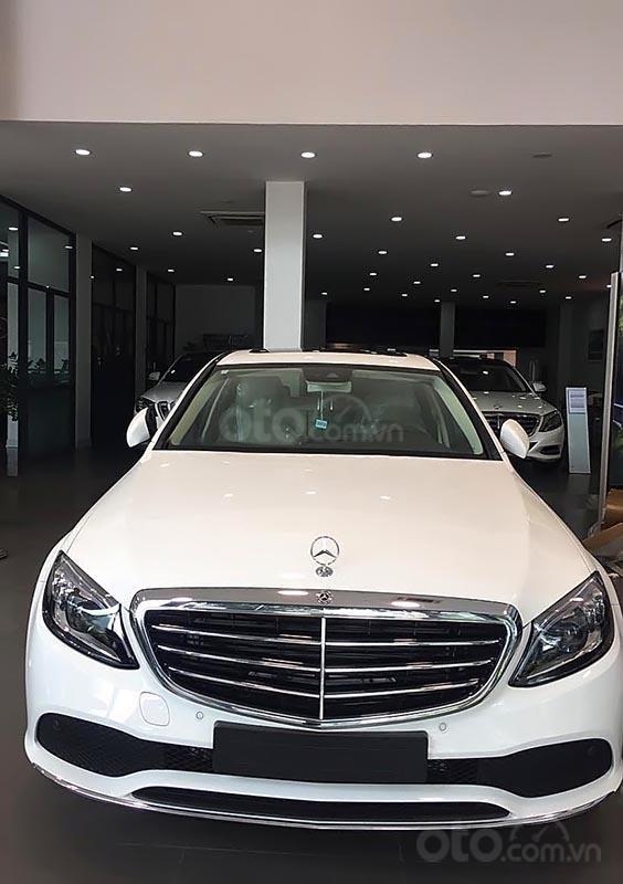Bán xe Mercedes C200 sản xuất năm 2019, màu trắng-0