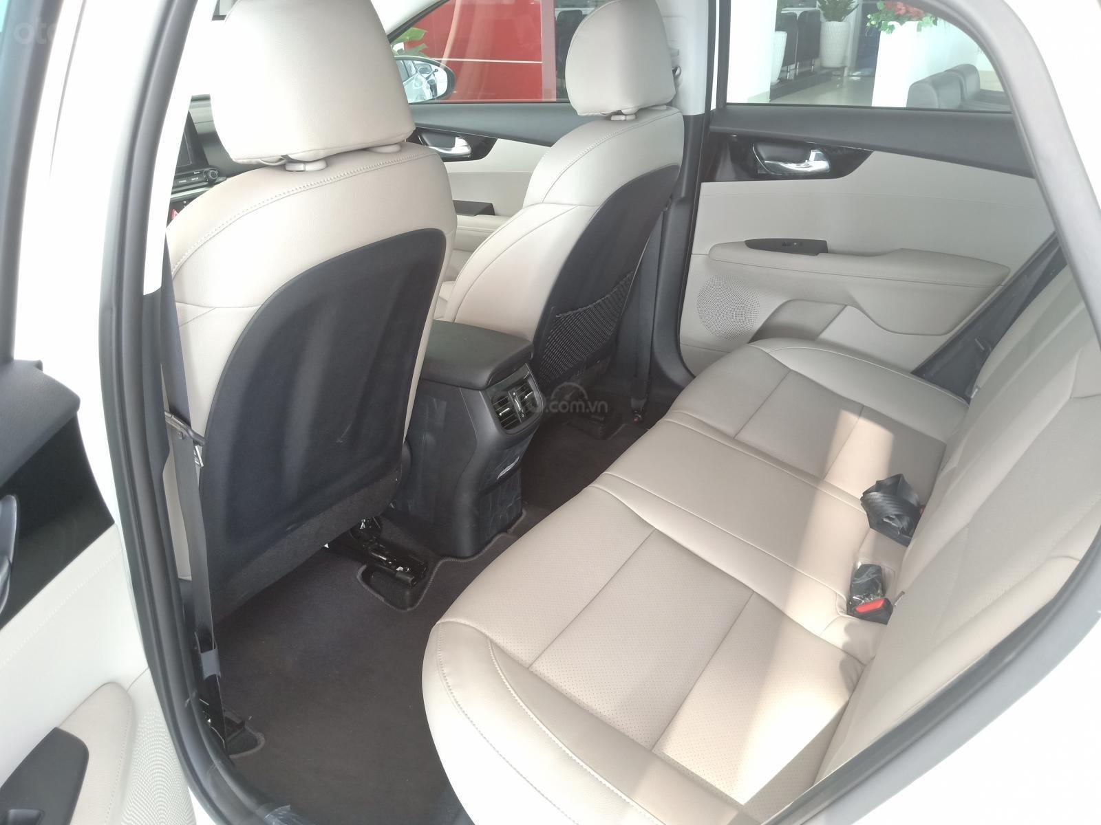 Bán xe Kia Cerato Deluxe 2019, màu trắng, giảm giá, tặng bảo hiểm, tặng phụ kiện-3