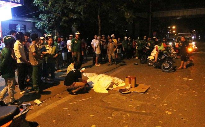 Hiện trường vụ tai nạn giao thông gây ra bởi một tài xế say xỉn khiến một nữ lao công thiệt mạng tại đường Láng (Hà Nội)...