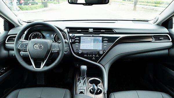 Toyota Camry 2019 có không gian nội thất rộng rãi hơn Honda Accord 3