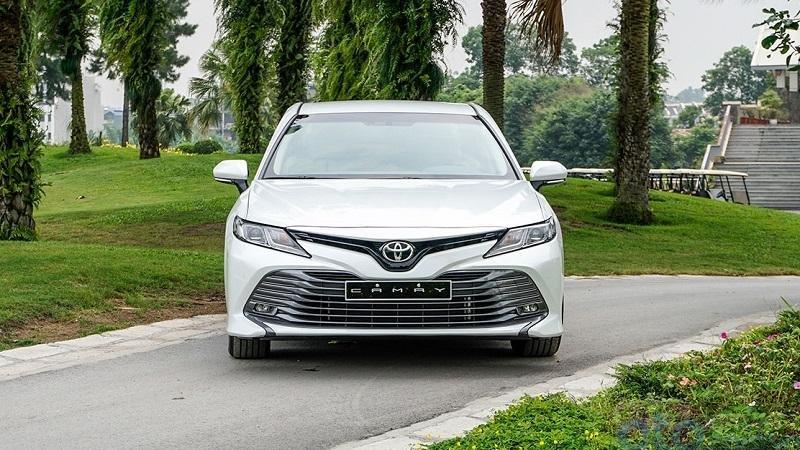 So sánh Mercedes C200 2019 và Toyota Camry 2019 về đầu xe.