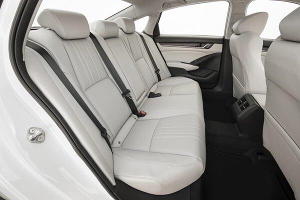 So sánh Toyota Camry 2019 và Honda Accord về vô-lăng và ghế ngồi.
