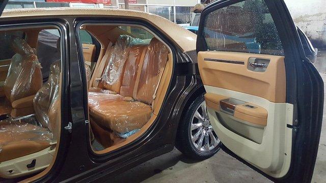 Thợ Việt biến Chrysler 300C Heritage Edition cũ thành Rolls-Royce Phantom sang chảnh a13