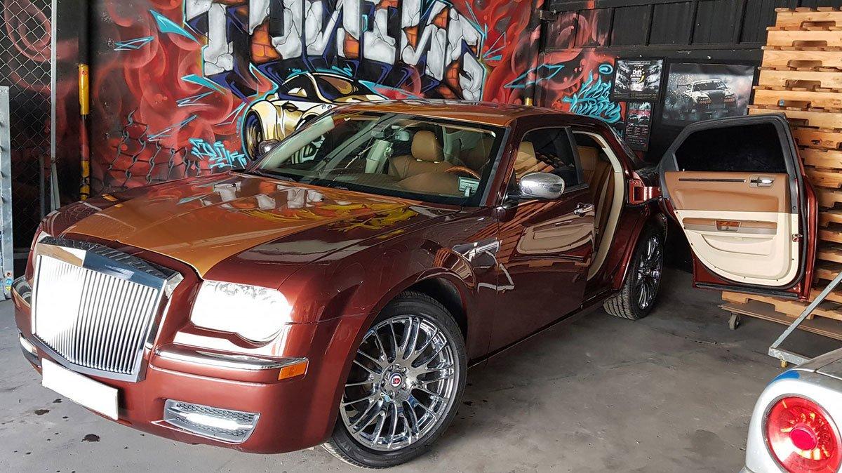 Thợ Việt biến Chrysler 300C Heritage Edition cũ thành Rolls-Royce Phantom sang chảnh a2