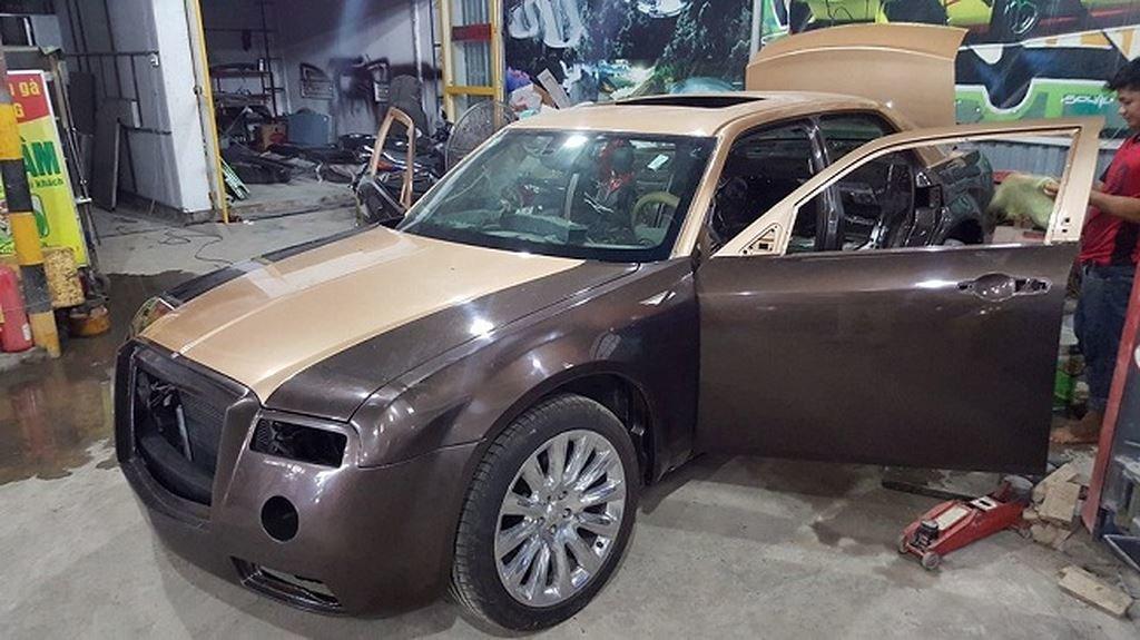Thợ Việt biến Chrysler 300C Heritage Edition cũ thành Rolls-Royce Phantom sang chảnh a11