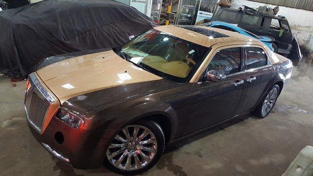 Thợ Việt biến Chrysler 300C Heritage Edition cũ thành Rolls-Royce Phantom sang chảnh a10