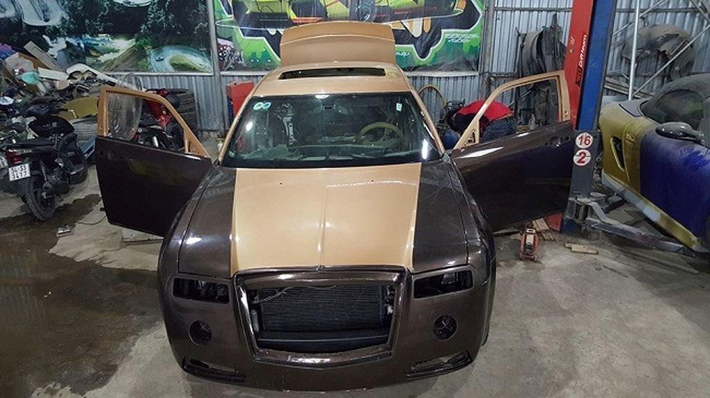 Thợ Việt biến Chrysler 300C Heritage Edition cũ thành Rolls-Royce Phantom sang chảnh a12