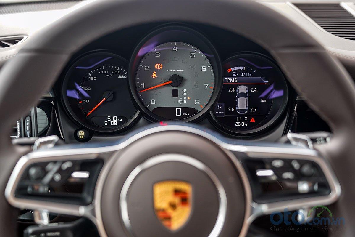 Đánh giá xe Porsche Macan S 2019: Cụm đồng hồ vẫn giữa nguyên.