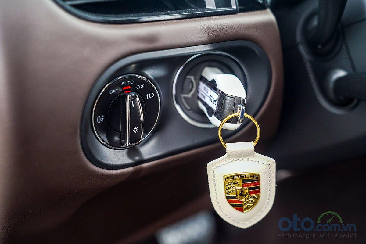 Đánh giá xe Porsche Macan S 2019: Đèn pha tự động.