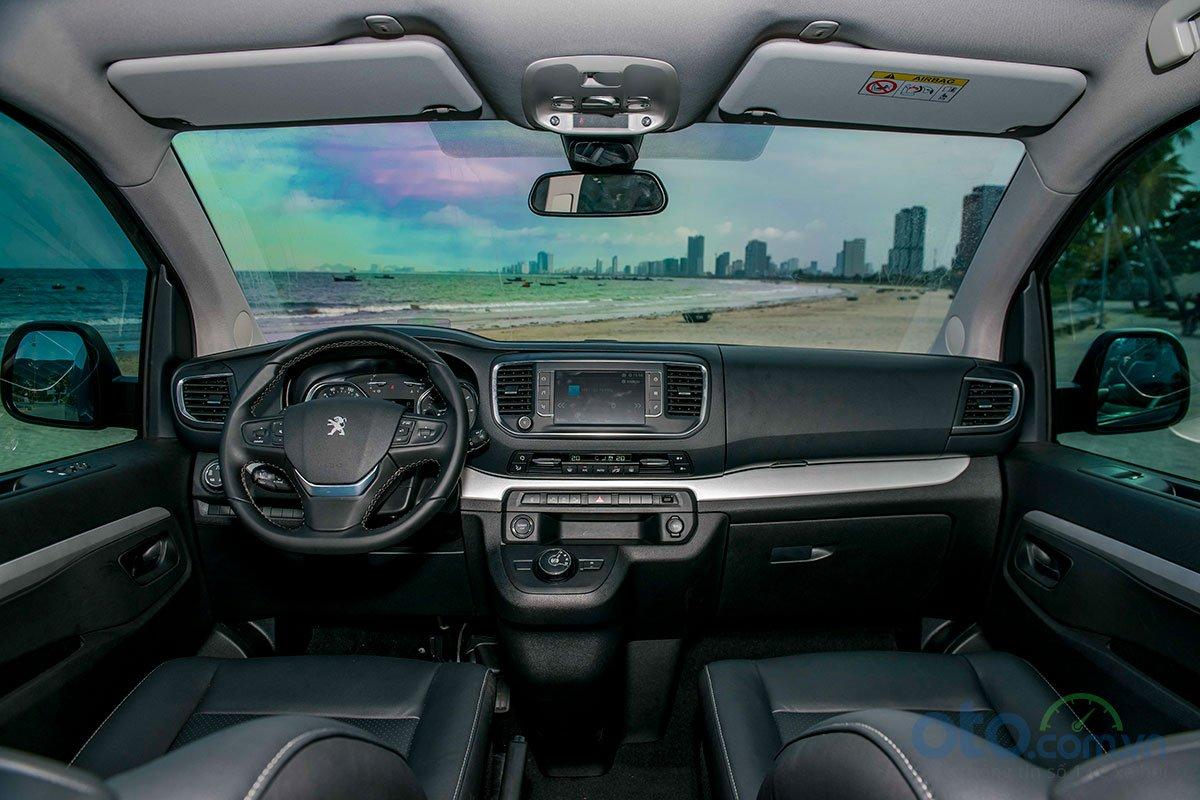 Nội thất Peugeot Traveller được thiết kế hiện đại và tiện dụng.