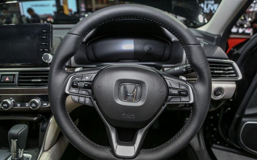 So sánh Toyota Camry 2019 và Honda Accord về vô-lăng và ghế ngồi 6