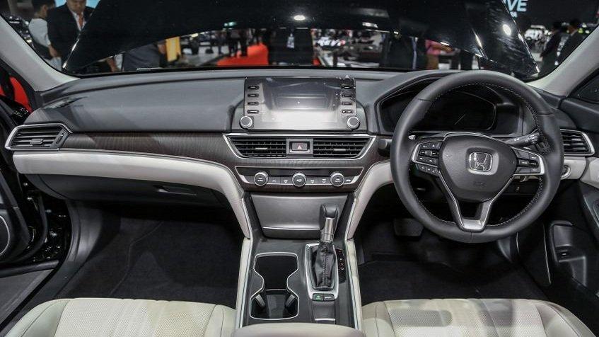 Toyota Camry 2019 có không gian nội thất rộng rãi hơn Honda Accord.