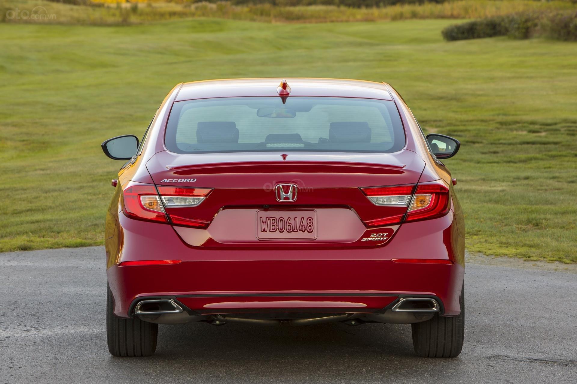 Đánh giá xe Honda Accord 2019 Sport  - chính diện đuôi xe