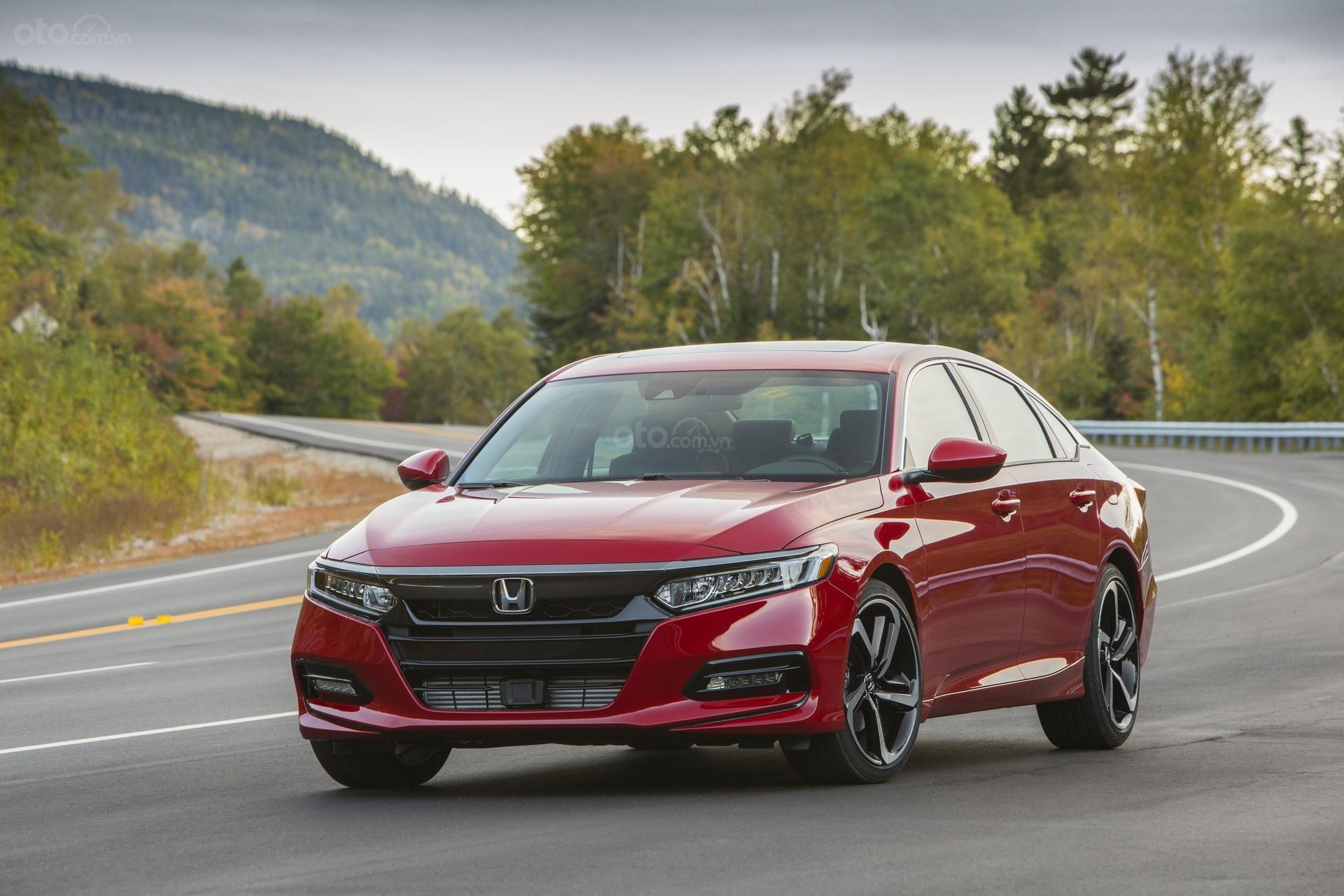 Honda Accord 2019 Sport màu đỏ đang chạy