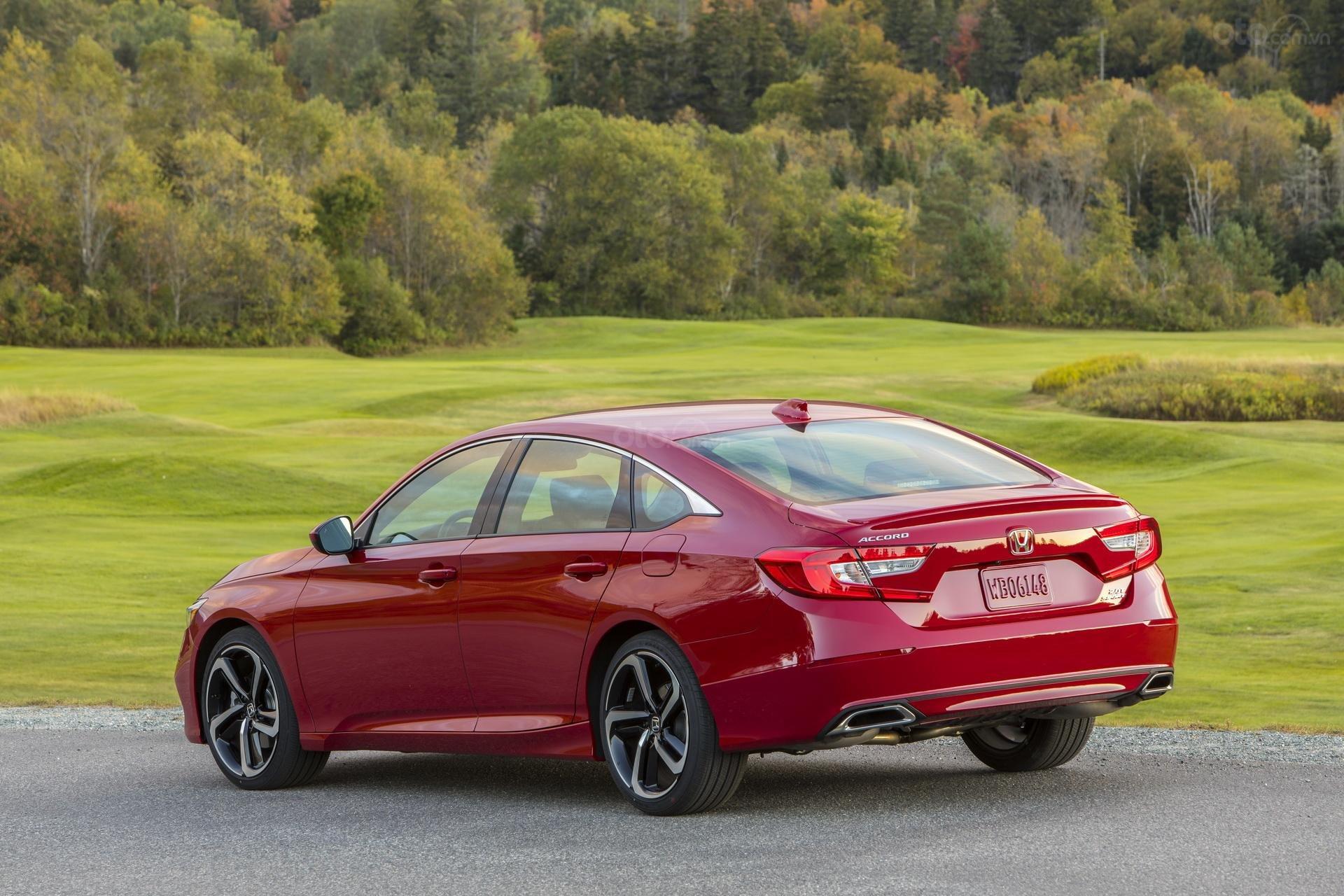 Đánh giá xe Honda Accord 2019 Sport  - góc 3/4 đuôi xe trái