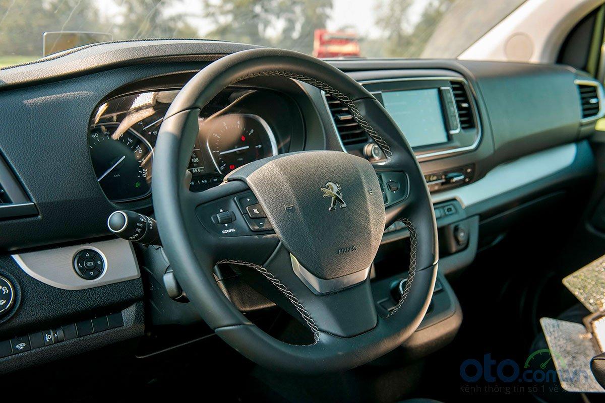 Vô lăng Peugeot Traveller được trang bị nhiều nút bấm giúp bạn dễ dàng điều chỉnh âm lượng, đàm thoại rảnh tay, chọn kênh radio, chọn thông tin hiển thị trên màn hình.