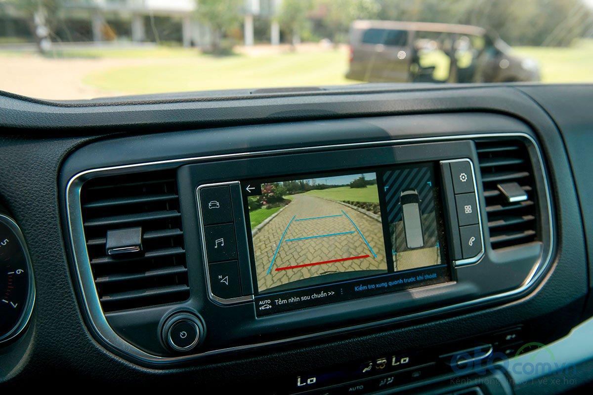 Peugeot Traveller 2019: Camera lùi 180 độ.