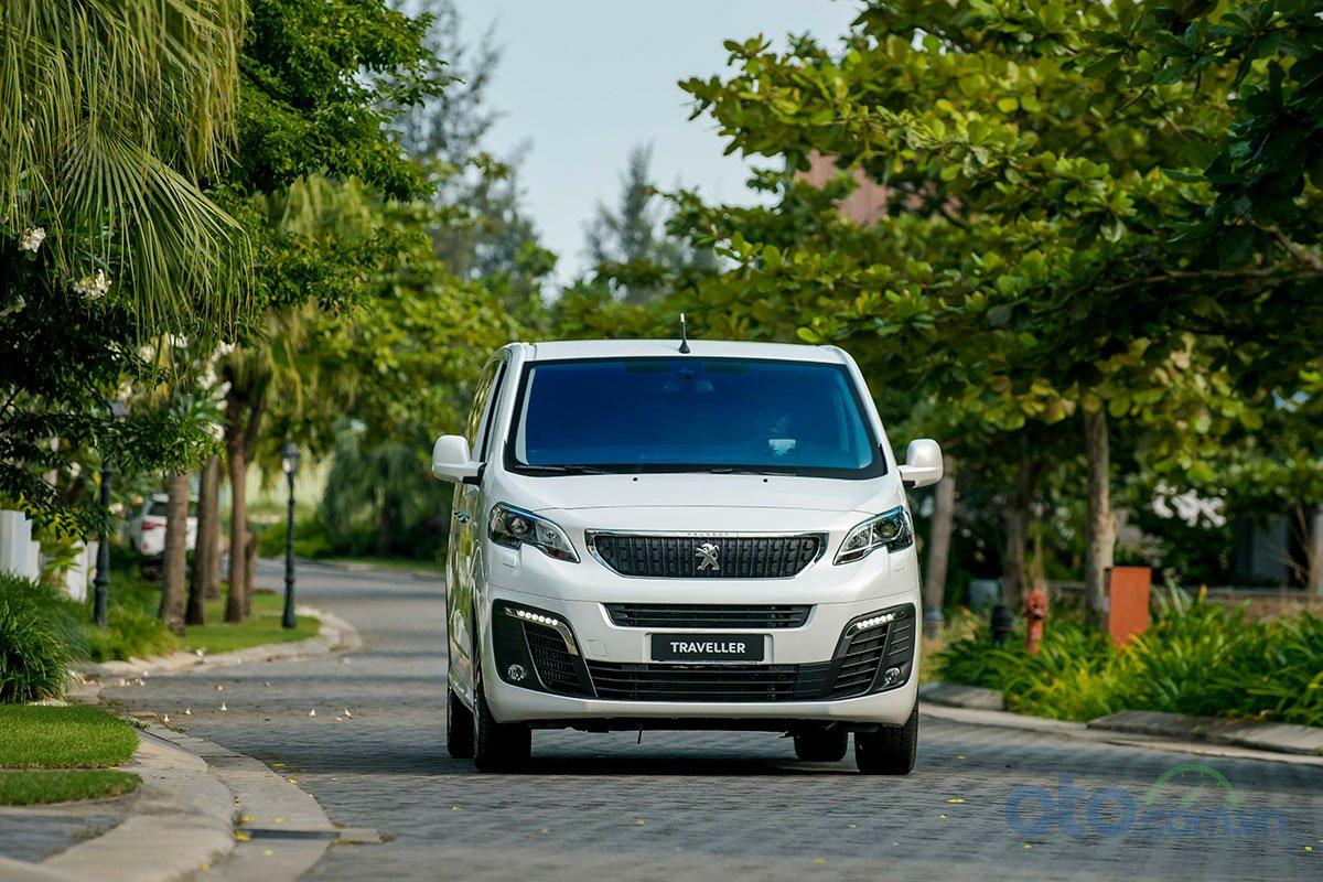 Thiết kế ngoại thất của Peugeot Traveller mang phong cách sang trọng, tinh tế nhưng không kém phần chắc chắn.