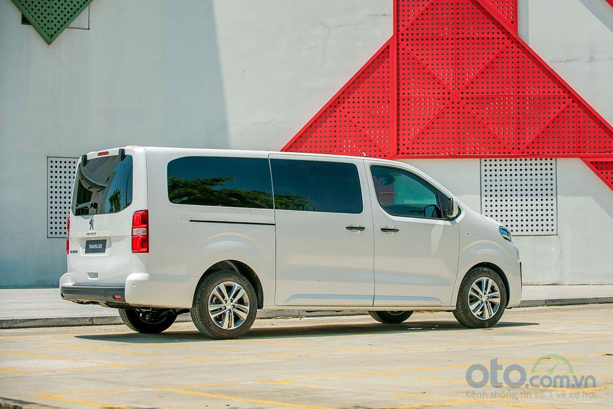 Đuôi xe được thiết kế vuông vức để gia tăng tối đa không gian sử dụng bên trong.