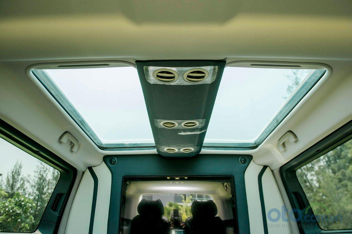 Peugeot Traveller Luxury và Premium sở hữu cửa số trời cỡ lớn dành cho hành khách phía sau.