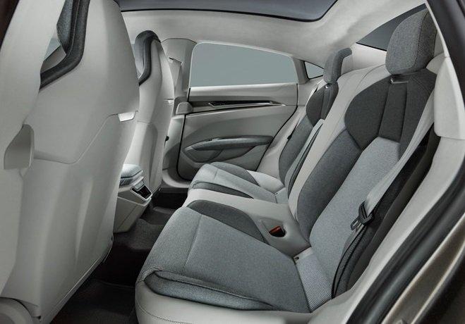 Hàng ghế sau trên Audi e-tron GT...