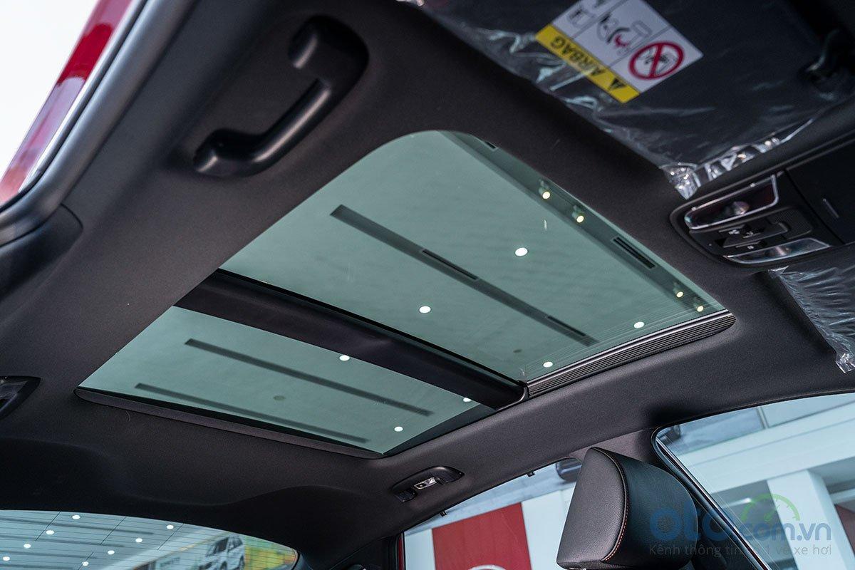 Đánh giá xe Kia Optima 2019: Cửa sổ trời toàn cảnh.