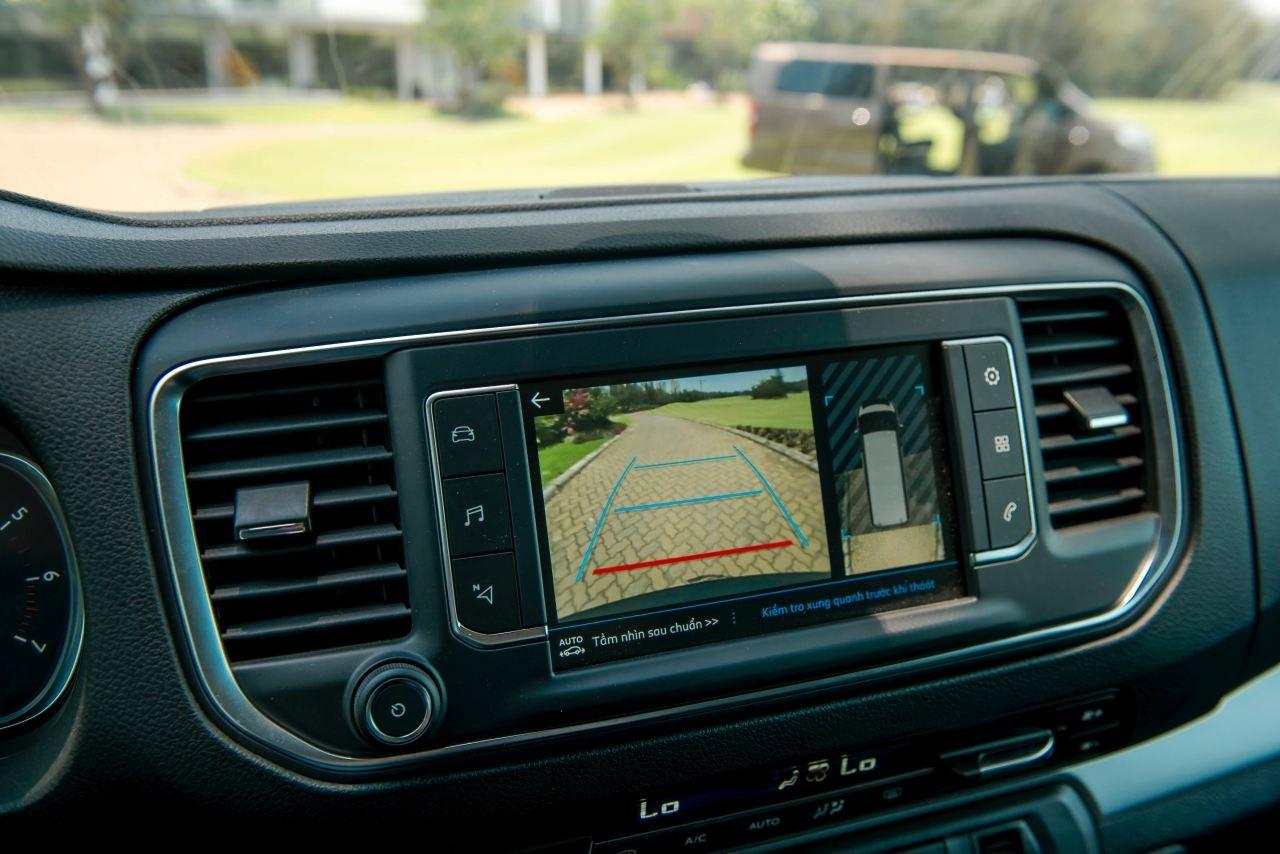 Ảnh chụp màn hình trung tâm xe Peugeot Traveller 2019
