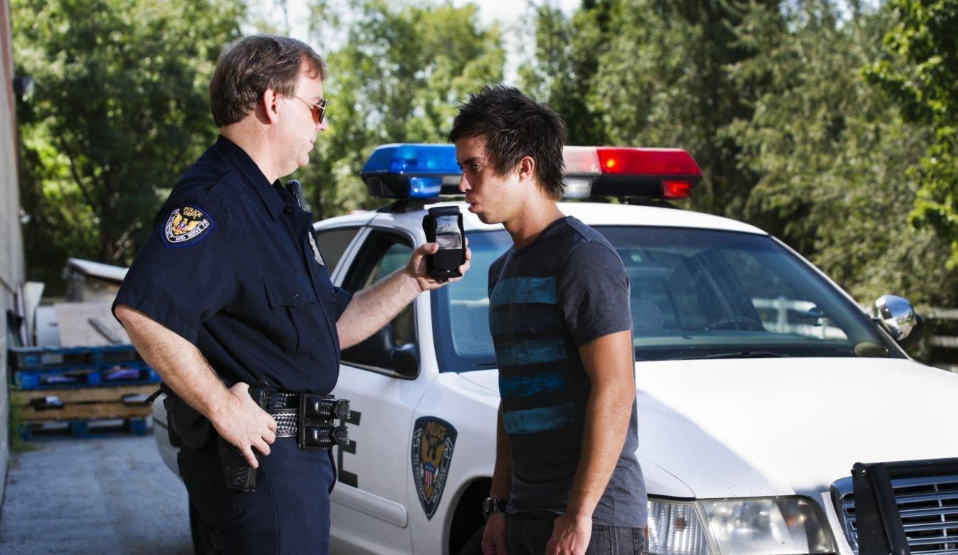 Cảnh sát Mỹ làm gì khi ma men lái xe bất hợp tác? a2.