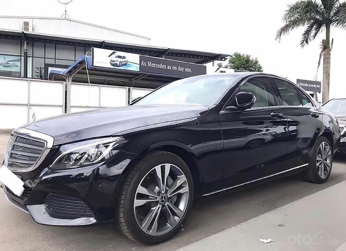 Cần bán Mercedes C250 sản xuất năm 2017, màu đen như mới (4)