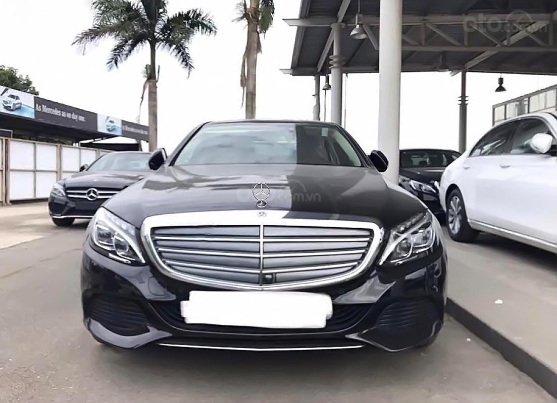 Cần bán Mercedes C250 sản xuất năm 2017, màu đen như mới (1)