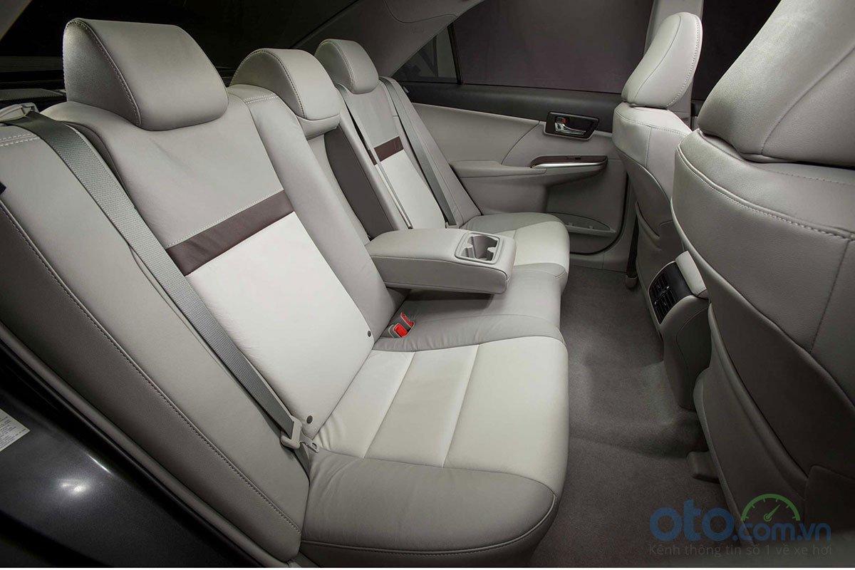 ghế sau Toyota Camry 2018.