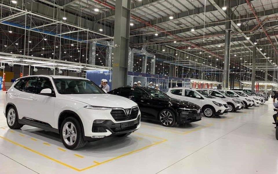 Loạt xe VinFast đang trong quá trình hoàn thiện tại nhà máy sản xuất...
