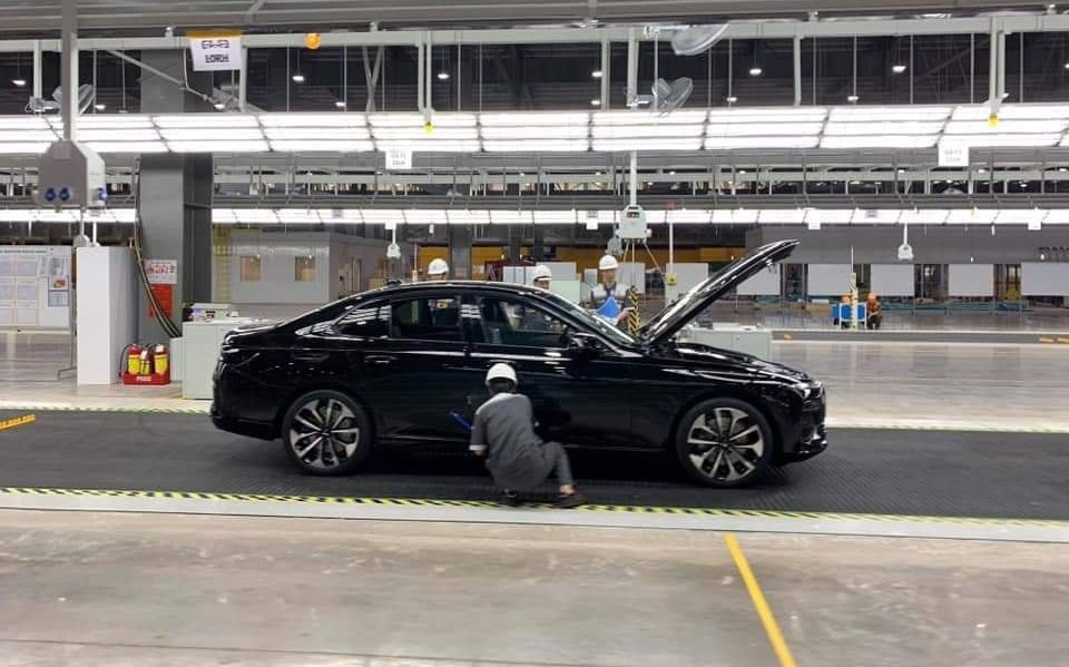Chiếc sedan VinFast LUX A2.0 đang được hoàn thiện...