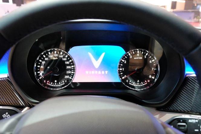 Ảnh chụp cụm đồng hồ sau vô-lăng xe VinFast LUX V8 2019