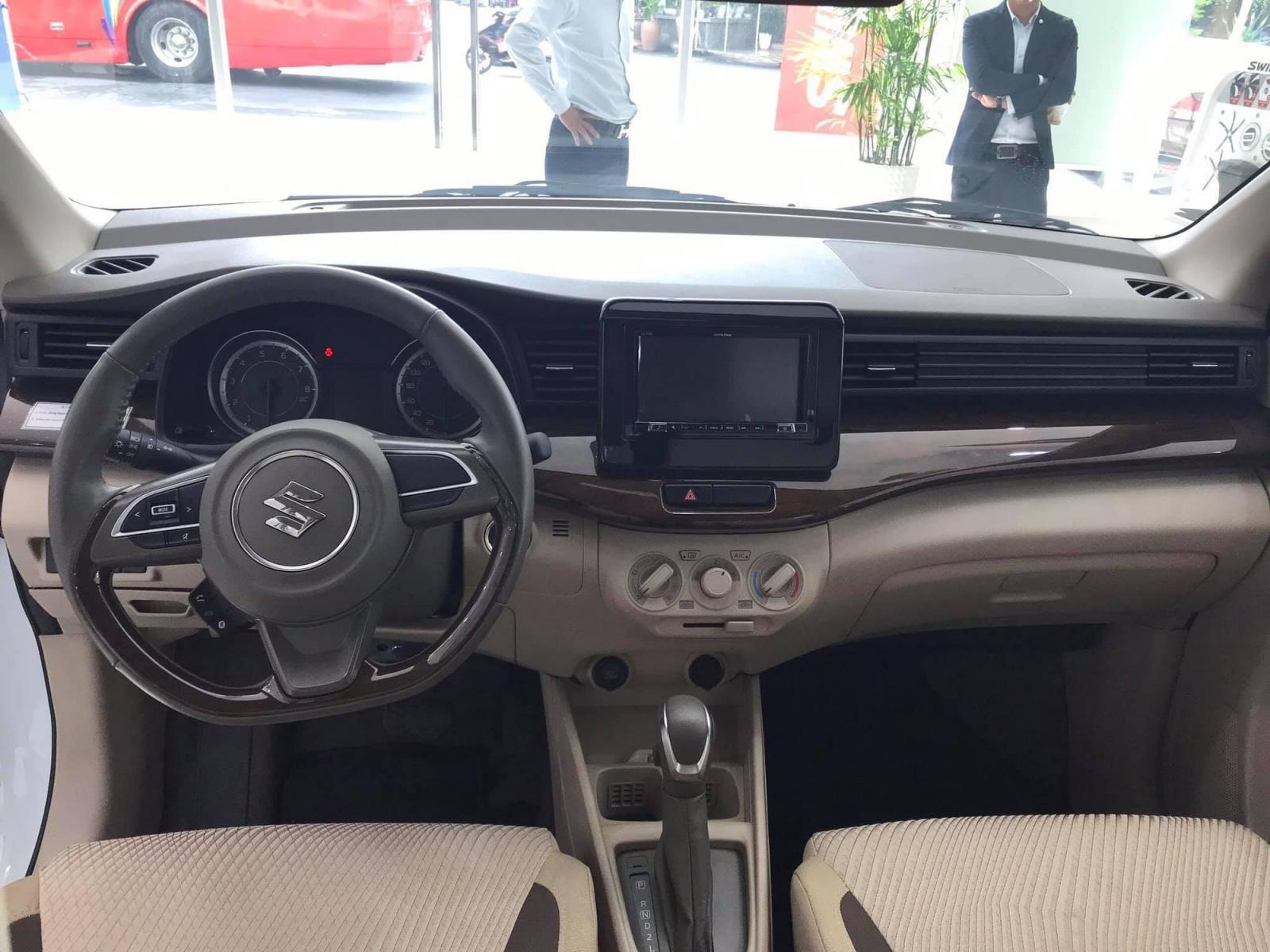 Bảng táp-lô của Suzuki Ertiga 2019 có dạng chữ T quen thuộc a1